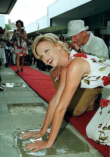 BabeStop - World's Largest Babe Site - charlize2_theron130.jpg